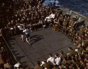 Soldados británicos viendo un partido de boxeo en un barco de tropas desde Inglaterra hasta el norte de África, 1943.