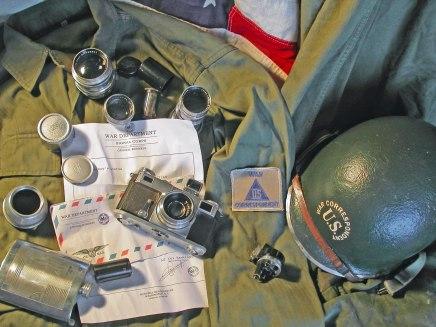Cámara Contac II, lentes, casco, uniforme y wiskera de Robert Capa.