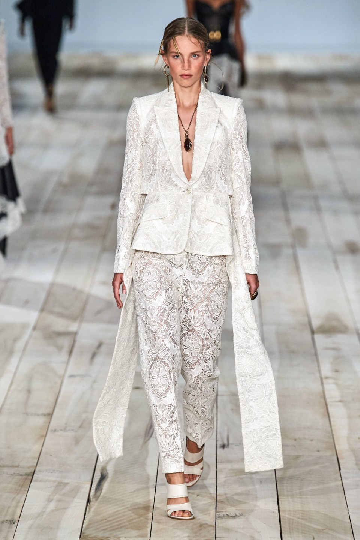 модные весенние тренды кружевной белый костюм
