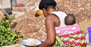 Femme vendeuse avec un bebe au dos