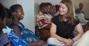 Melinda Gates discutant avec des femmes