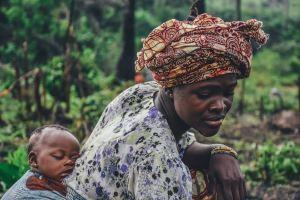femme avec un bébé au dos