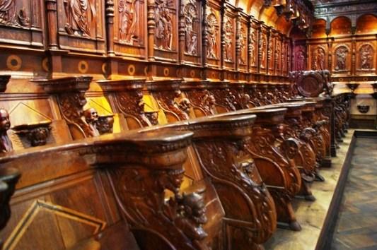 Devant nous sont disposées sur deux niveaux les soixante-six stalles formant le chœur des chanoines: vingt-huit salles basses et trente-huit stalles hautes auxquelles on accède soit par les extrémités, soit par les coupées nord et sud.