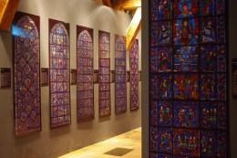 la reproduction la localisation et l'explication détaillée de tous les vitraux de la cathedrale