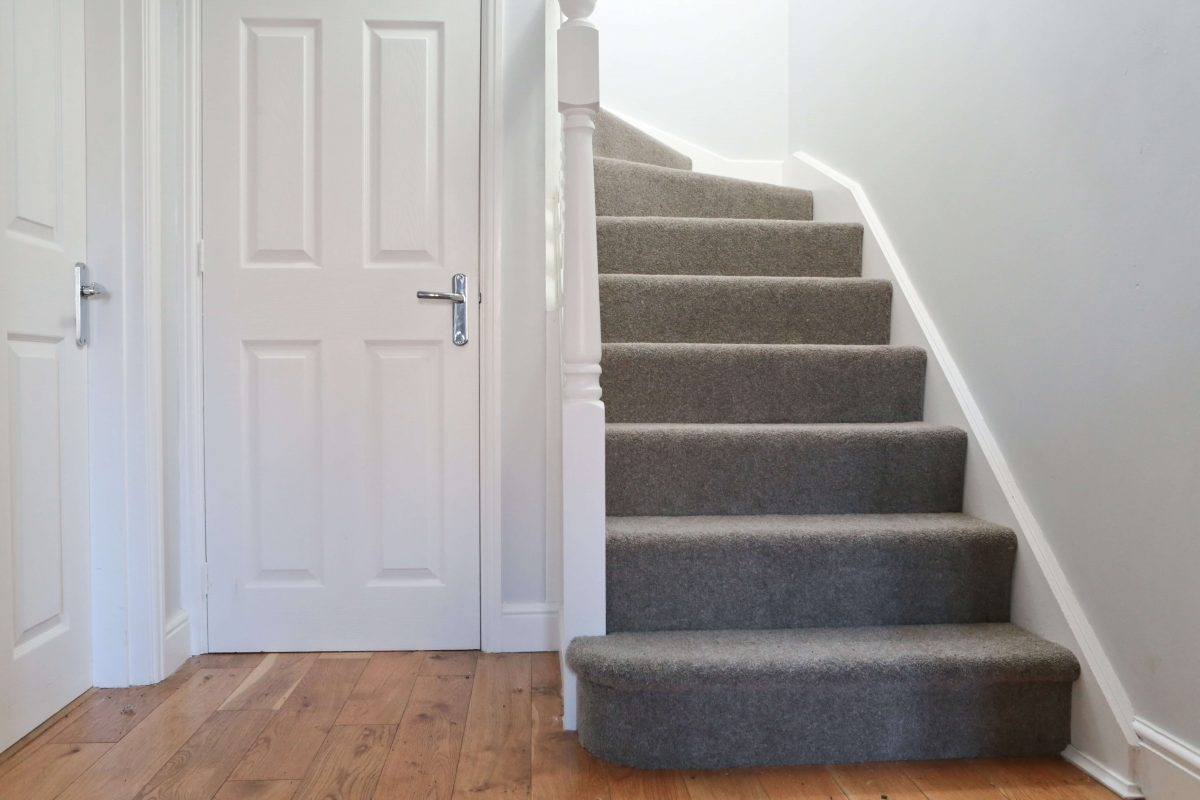 10 Tips For Choosing Carpets For High Traffic Areas Like Halls | Hall Stairs Landing Carpet | Colour | Stair Turn | Wood Floor Hallway Str*P | Twist Pile | Runners