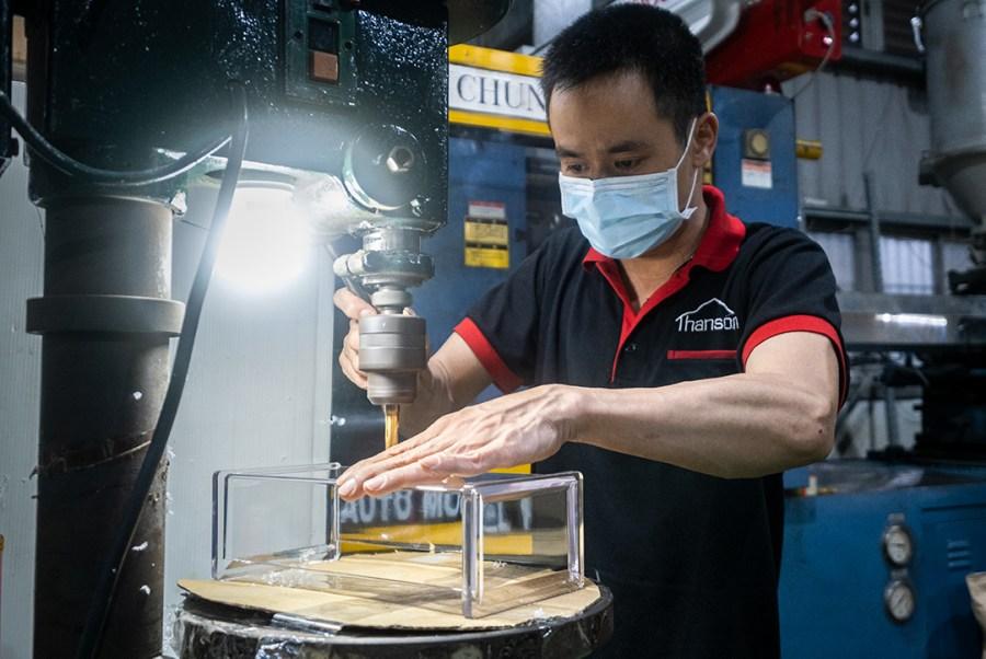 瀚勝國際的師傅正在鑽孔透明容器