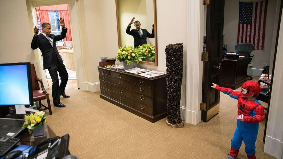 US-Präsident Barack Obama wird im Weißen Haus von einem jungen Spiderman-Fan überrascht. (Bild: © Pete Souza/The White House) (Text: © Arte)