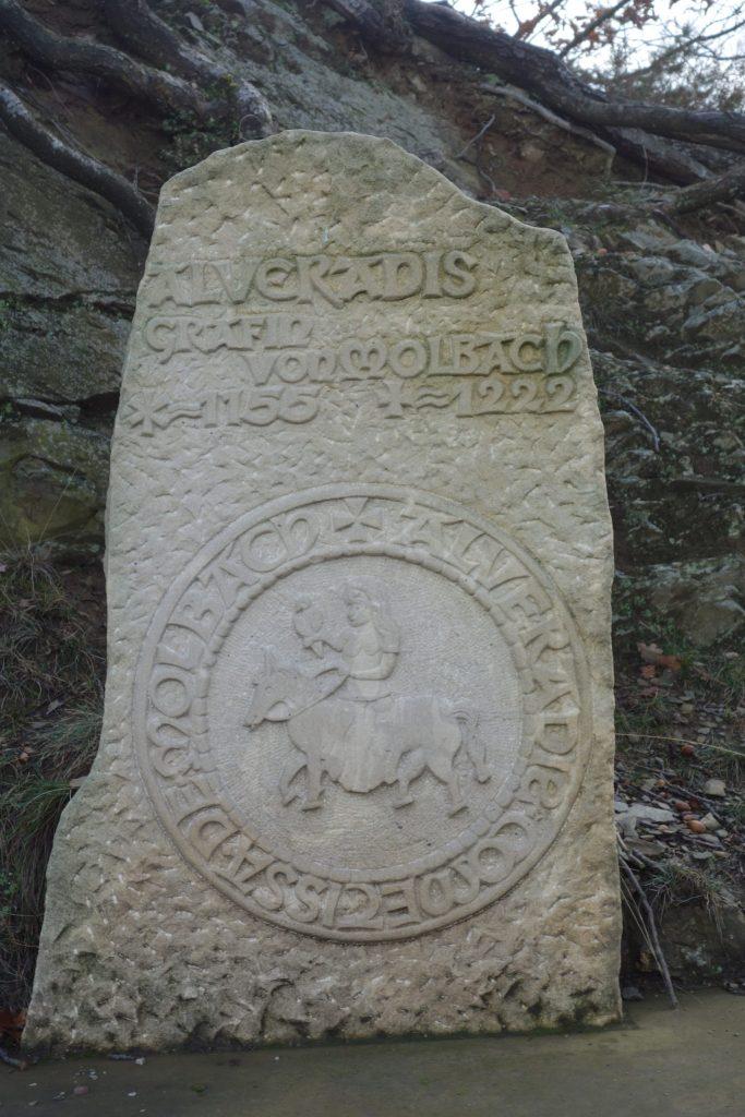 Een gedenkplaat aan de rand van de wandelweg herinnert aan het leven van gravin Alveradis.