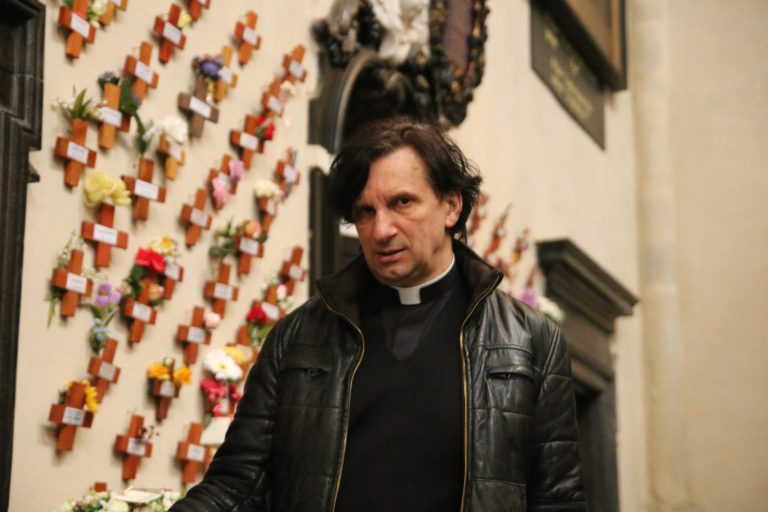 De lege koffer van pastoor Rudi Mannaerts: 'Je neemt niets mee, alleen dat wat je deelt.'