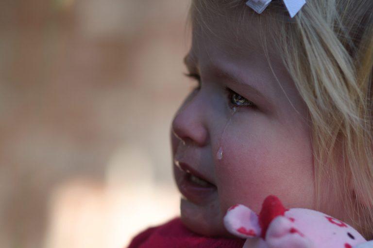 Kleine Emma groet haar overleden tante