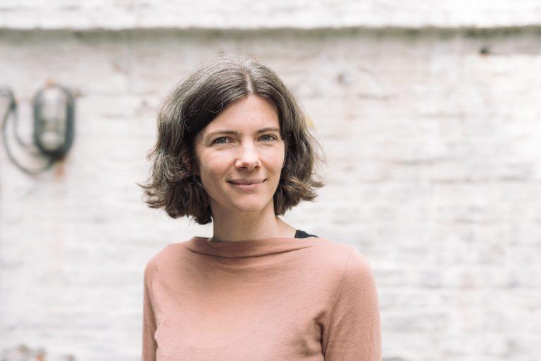Filosofe Katrien Schaubroeck is vrijwilliger bij kwetsbare gezinnen: 'De beste manier om het wij-zij denken te doorbreken'