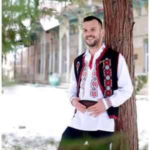 barbat imbracat cu ie traditionala si vesta