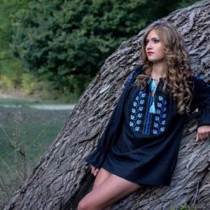 femeie langa copac natura