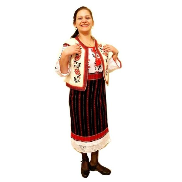 femeie imbracata in costum popular traditional zona moldova