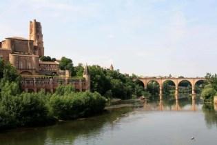 Die Kathedrale Sainte Cécile am Ufer der Tarn ist von außer einer Zwingburg ähnlicher denn einem Gotteshaus.