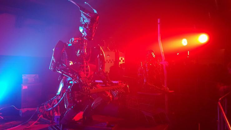 """Ausgefallener """"Act"""": Die One Love Machine Band besteht nur aus Robotern. Beim Desertfest 2018 in Berlin haben sie tatsächlich einige Songs gespielt! (Foto: Marius Soyke)"""