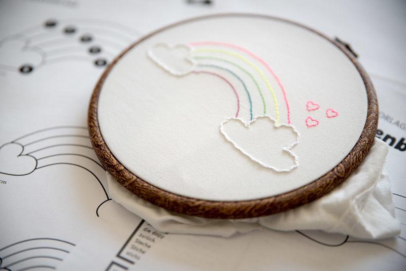 Makerist-Basteln-mit-Kindern-50-DIY-Projekte-Regenbogen-sticken