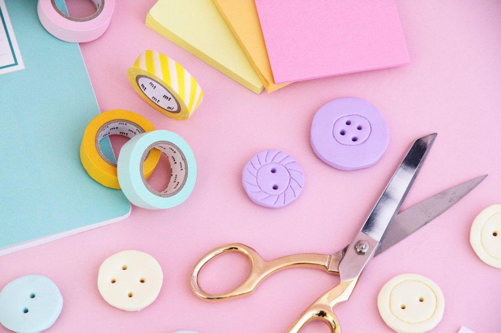 Nähen-und-Basteln-mit-Kindern-17-einfache-Projekte-für-die-Tage-Zuhause-FIMO-Magnete-in-Knopf-Form-selbermachen