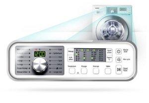 Panel s digitálním displejem na pračce