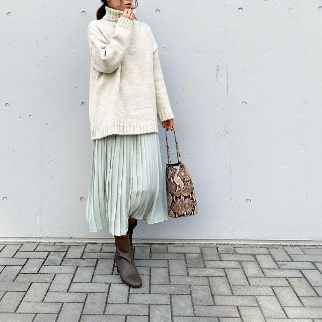 コーデ/ホワイトのタートルネックニット×プリーツスカート