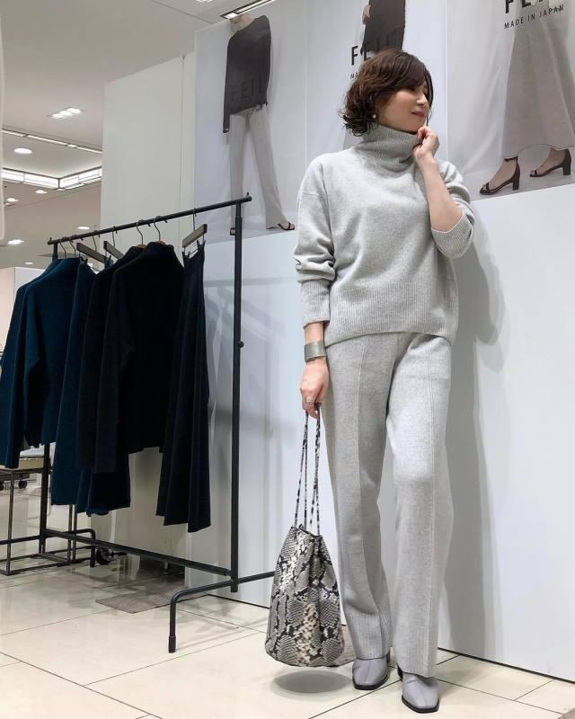 40代50代の女性に似合うのはこんなブーツ! 大人ブーツの選び方と履きこなし方8選♪/「グレーのショートブーツ」をメインに上品なオールグレーのコーディネート