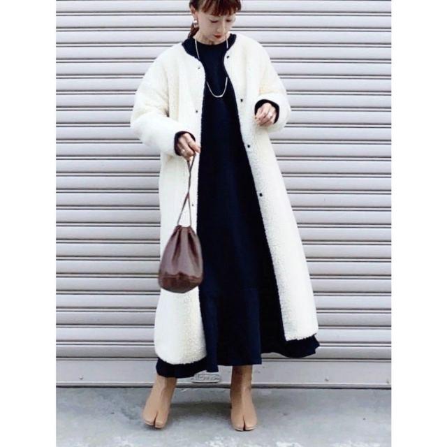 太って見えない「ボアコート」の着こなし方は? 着ぶくれしない、ボア生地コートのコーデ8選♪/膨張色・白のボアコートには「ダークカラーのワンピース」を合わせて