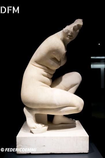 Afrodite al bagno accovacciata