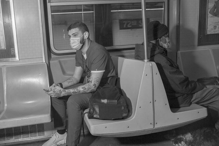 Michael Keleos, assistente sanitario presso una clinica, torna a casa in metropolitana dopo una giornata di lavoro. Manhattan, NYC. © Gaia Squarci