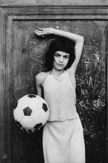 ©Letizia Battaglia La bambina con il pallone. Palermo, quartiere La Cal. Palermo, 1980 Fondo Lanfranco Colombo / Regione Lombardia
