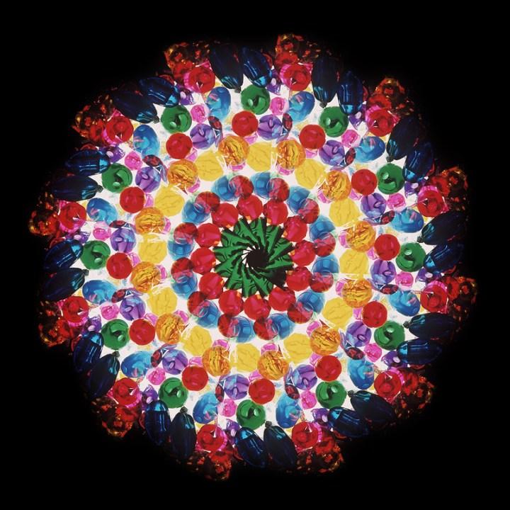 ©Ando Gilardi Perle di vetro colorato fotografate con stroboscopio rotante. Gli oggetti, in movimento circolare, sono fotografati più volte sullo stesso fotogramma, illuminato da un flash a intermittenza, 1970 ca. Fondo Ando Gilardi / Museo di Fotografia Contemporanea