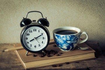 sonno regolare - sveglia e caffè