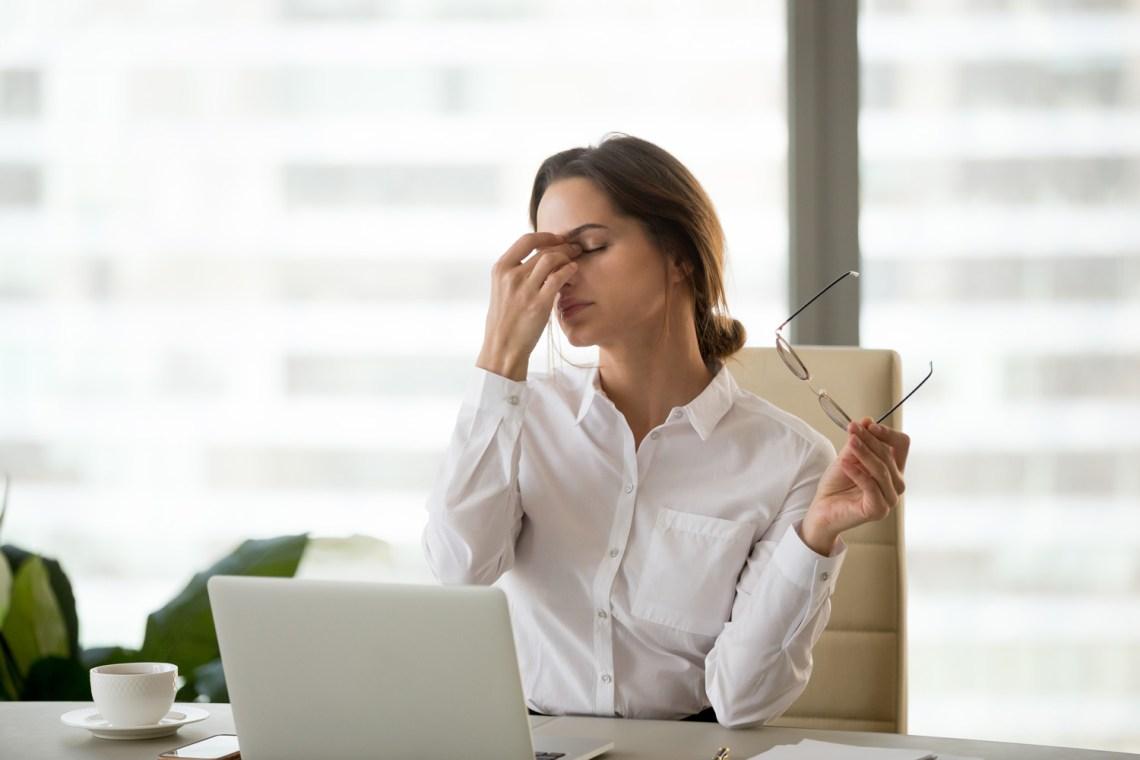 stanchezza invernale - donna stanca in ufficio