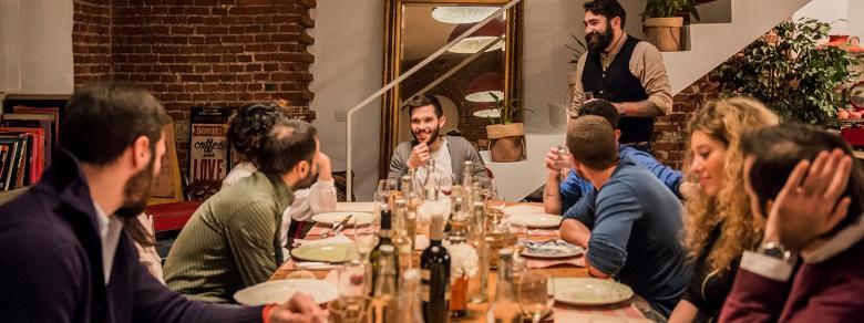Appuntamento a cena con degli sconosciuti