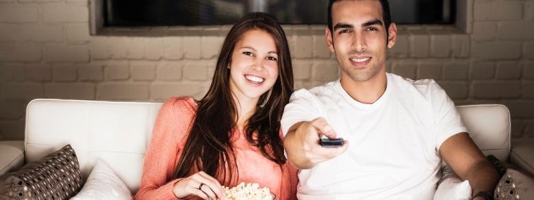 Emozioni sul divano: quale film unisce la coppia?