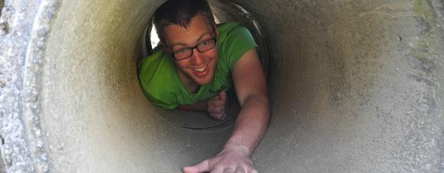 Scappa dalla partner gettandosi da tubo dei rifiuti