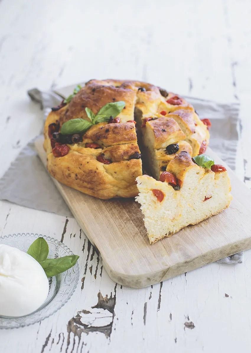Focaccia pugliese ripiena con pomodorini, olive taggiasche e burrata