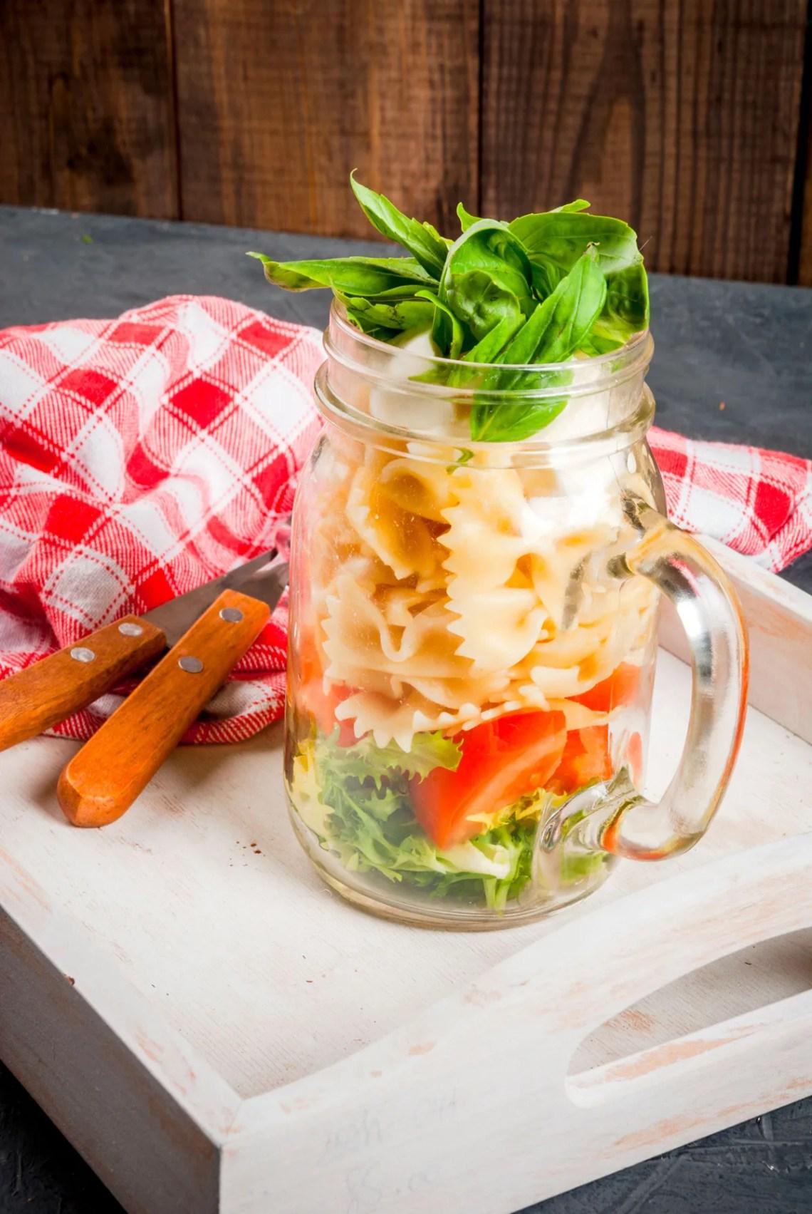 idee estive per barattoli in vetro - mason jar con pasta fredda e verdura