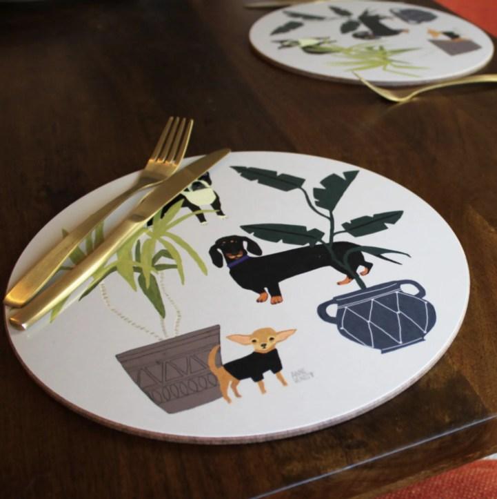 Eclect Design mixa stile tropicale e animali, inserendo nei suoi piatti anche un chiwawa e un bassotto.