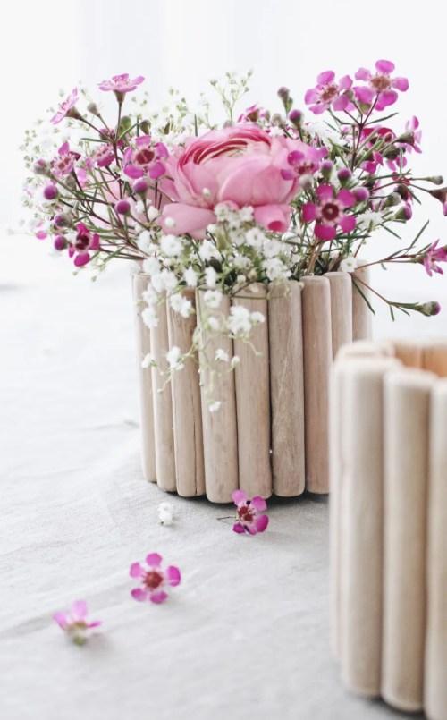 Vasi fai da te di primavera con bastoncini in legno