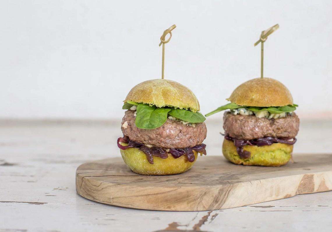Hamburger al barbecue con bun agli spinaci e cipolla caramellata la ricetta da fare in casa
