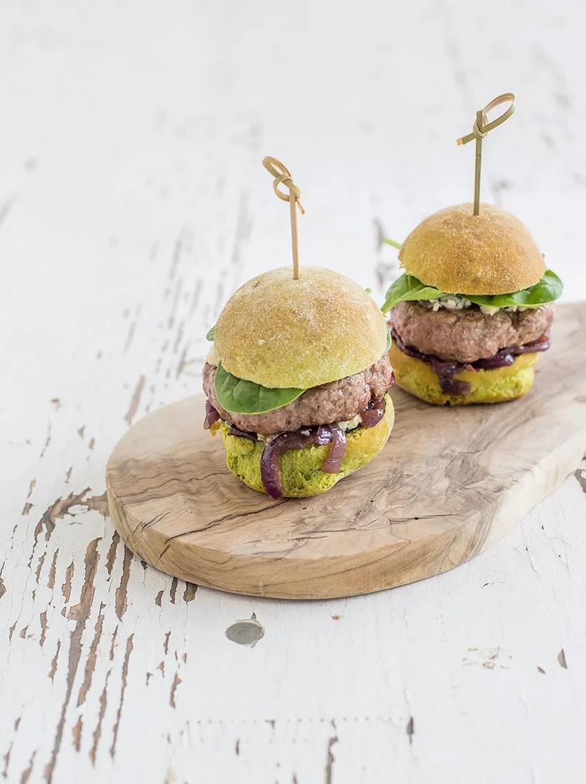 Hamburger al barbecue con bun agli spinaci e cipolla caramellata