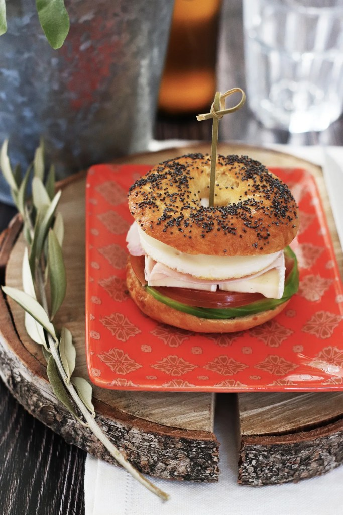 Bagel sandwich con avocado e uova, la ricetta per prepararlo homemade