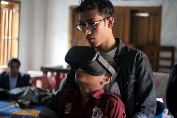 Virtual Reality uitproberen tijdens het Seats2meet Sharing is caring festival in Bangladesh