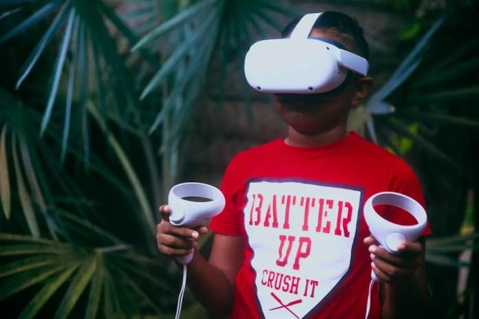 Dwelan wearing a Oculus Quest 2 virtual reality headset