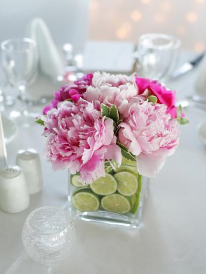 centrotavola con fiori e fette di lime