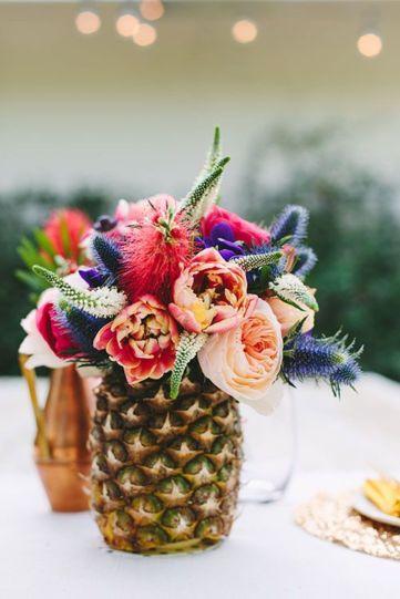 centrotavola estivo con ananas e fiori colorati