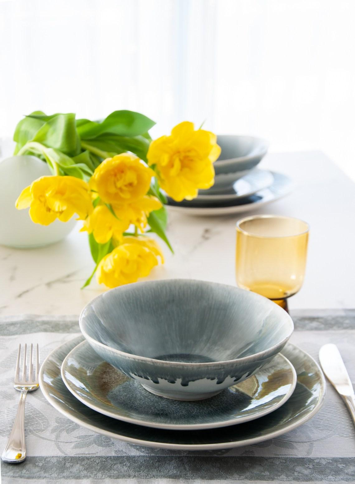 tavola grigio giallo