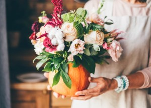centrotavola autunnale fai da te creato con zucca e fiori - tognana magazine