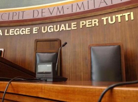 La foto mostra la postazione della giuria di un tribunale