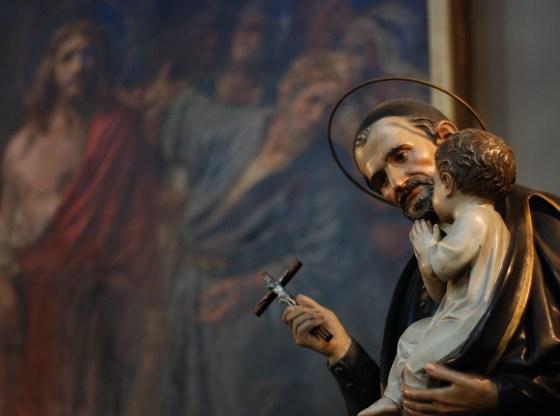 La foto mostra una statua di S.Vincenzo